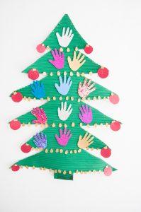 Arbol de Navidad de papel con esferas de manos hecha por los niños de la institución